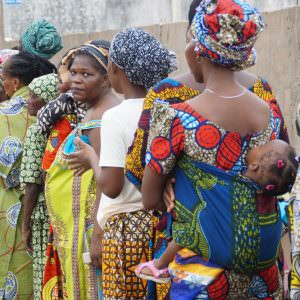 People_lining_up_to_see_a_doctor_in_Benin